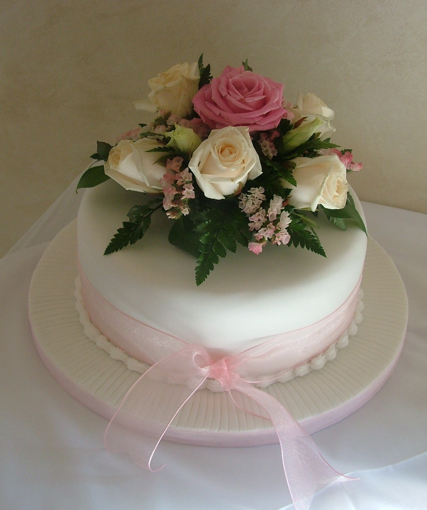 Nice Single Tier Wedding Cake With Fresh Flower Arrangement